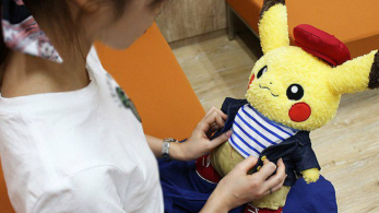 Echad un vistazo a este genial peluche de Pikachu con ropa de Pokémon Center