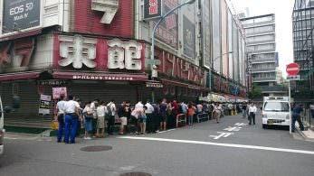 Nuevas imágenes de las largas colas que está generando Super Famicom Mini en las tiendas japonesas
