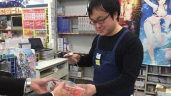 El productor de Senran Kagura se hace pasar por un empleado de una tienda por el April Fools Day