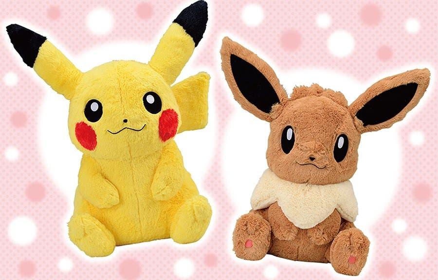 Echad un vistazo a estos adorables peluches de tamaño natural de Pikachu y Eevee