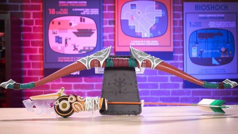 Observa al detalle esta réplica a tamaño real del arco del viajero y una flecha ancestral de Zelda: Breath of the Wild