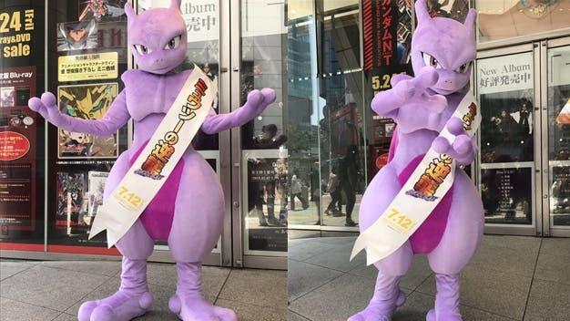 Mewtwo se pasea por una cadena de alquiler de películas en Japón promocionando Pokémon: Mewtwo Strikes Back Evolution